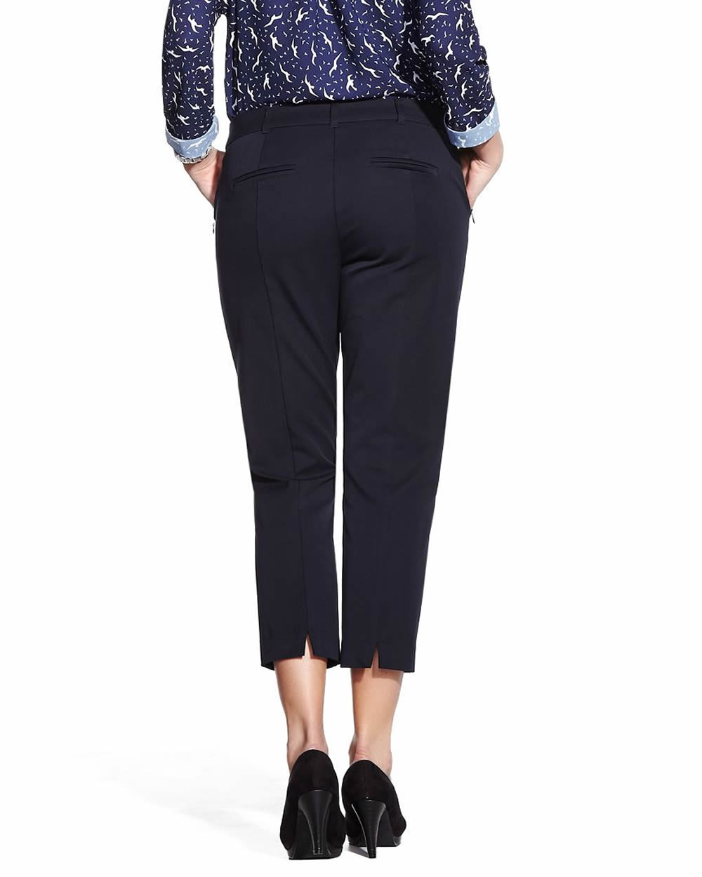 Technically, crop pants are pants that end anywhere from below the knee to above the ankle. By this definition, capris qualify as a type of crop pants.