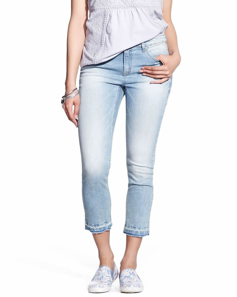 Wearing skinny jeans with ankle boots is a great way to create an unbroken leg line, for a long and lean silhouette, especially when you match your jeans color to the shade of your ankle boots. For the skinniest effect, try wearing a pair of skinny, inky black jeans with black suede or matte black leather ankle .