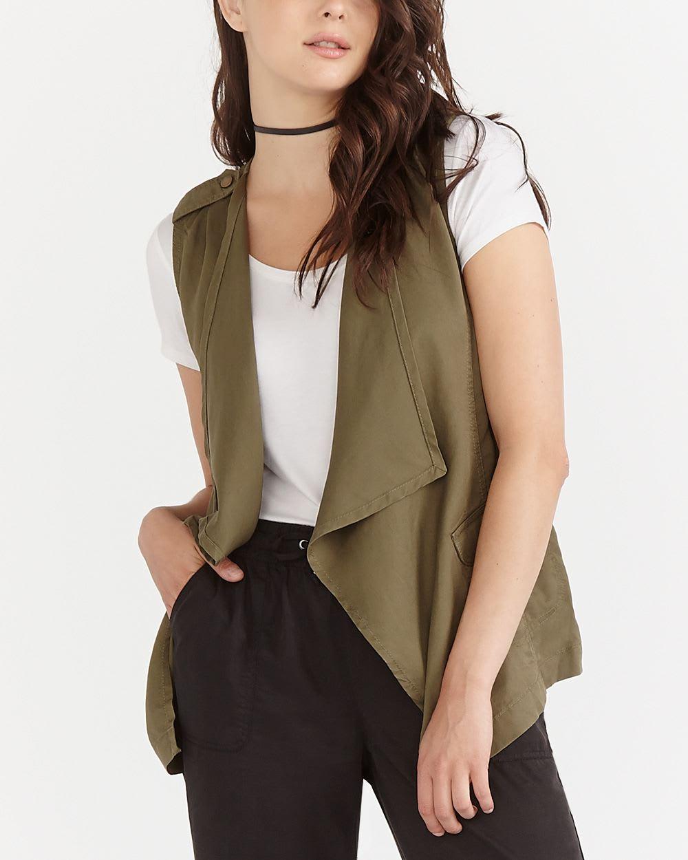 Portées par-dessus ou en-dessous, nos vestes sans manches pour femme mettent de la fantaisie dans la silhouette féminine pour un budget léger comme elles. ♥ Qualité optimale Large choix Mode éco-responsable l'e-shop de C&A.