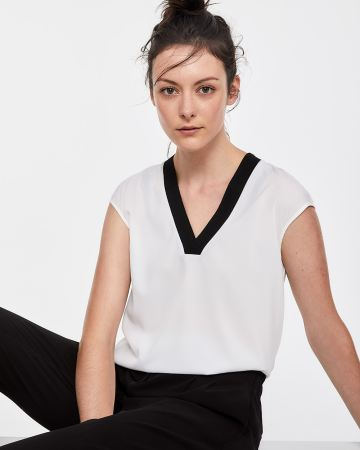Willow & Thread Contrasting V-neck Top