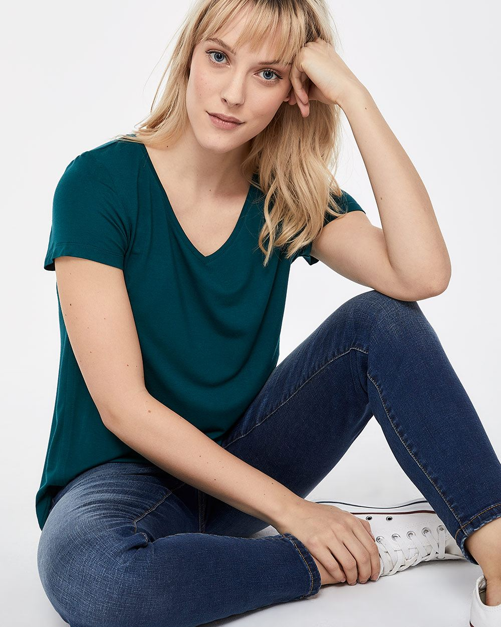 R Essentials V-neck Tee
