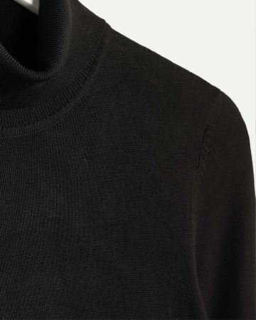 R Essential Turtleneck Long Sleeve Sweater